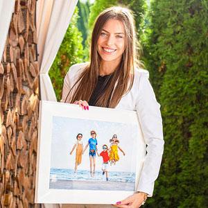 Kobieta trzymająca fotoobraz ze zdjęcia