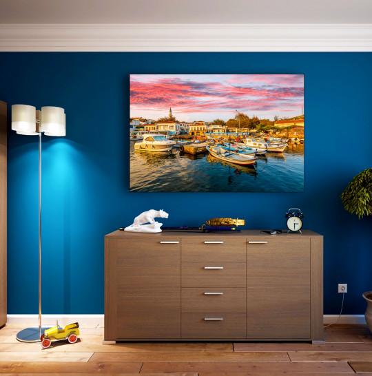 Widok na przystań Bozcaada. Bozcaada jest popularną atrakcją turystyczną na Morzu Egejskim.